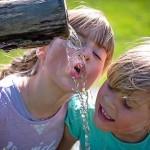 water drinken uit bron