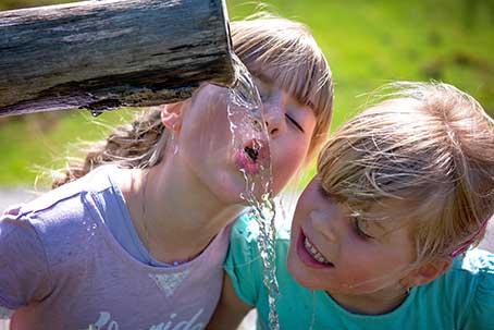 vers stromend water drinken