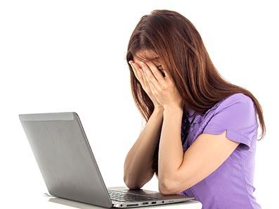 vermoeid achter de computer